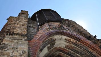 Alter Wasserturm mit Mönchskirchruine am Culinarium