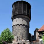 Alter Wasserturm mit historischem Gemäuer der Mönchskirchruine