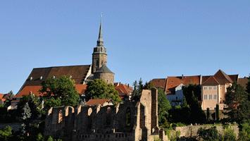 Nicolaiturm mit Nicolaifriedhof und Dom St. Petri vom Schützenplatz