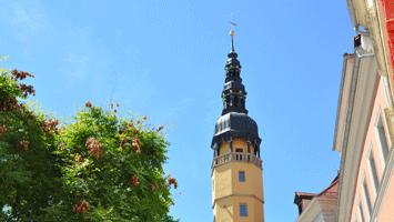 Rathausturm am Hauptmarkt neben dem Restaurant Karasek