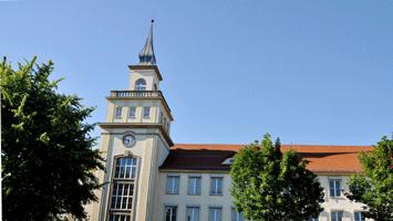 Turm der Berufsakademie mit Schulgebäude der BA Bautzen