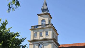 Turm der Berufsakademie an der Löbauer Stŕaße mit Turmuhr