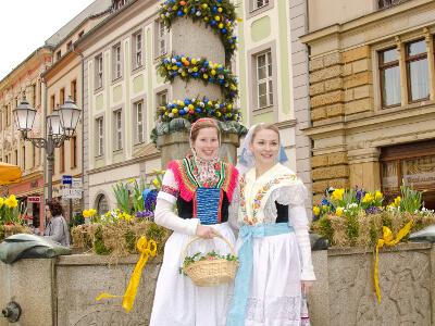Frauen in sorbischer Tracht vor dem Osterbrunnen
