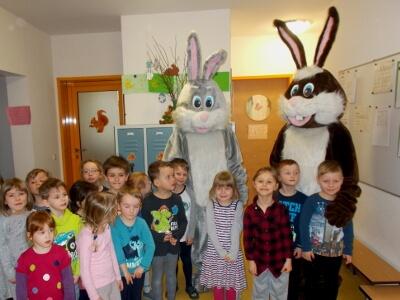 Osterhasen und Kinder in der Kita Loewenzahn