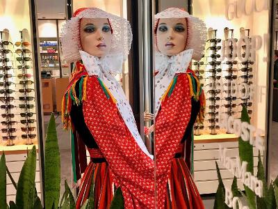 sorbische trachten in schaufenstern